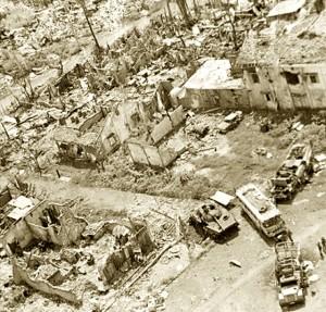 cảnh thị trấn bị tàn phá bởi đạn pháo kích của quân cộng sản Bắc việt.