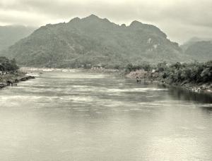 Hình chụp một khúc sông Lô và cảnh núi rừng Việt Bắc