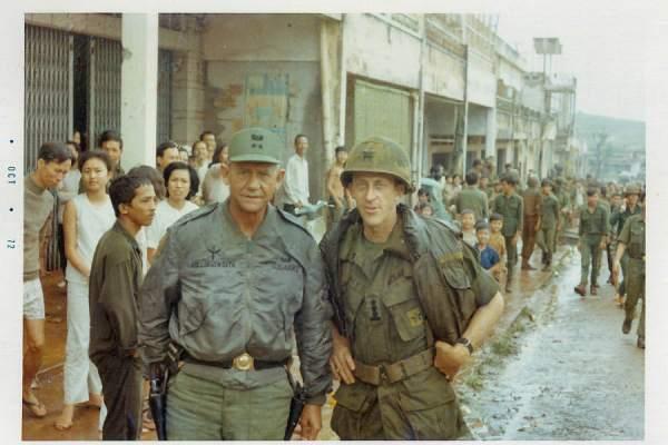 Tướng Hollingsworth và Đại Tá Ulmer SQ phụ tá