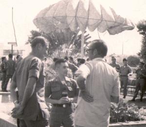 Tướng Davison đàm đạo với Tướng Đào Duy Ân, TL Phó  Lãnh thổ