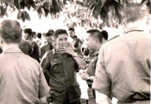 Tướng Minh đàm đạo với Tướng Hiếu