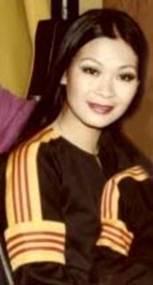 Ca sĩ Khánh Ly với lá Cờ Vàng bà đã tích cực 'support'! [Hình sưu tầm internet]