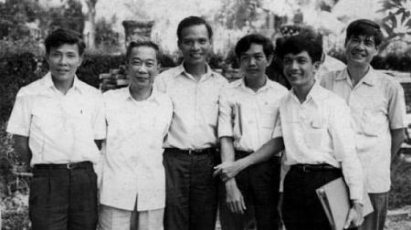 Lý Chánh Trung, Tố Hữu, Lê Quang Vịnh, Lê Văn Nuôi, Huỳnh Tấn Mẫm, Nguyễn Đình Thi…(bên ngoài, phải) - Posted by tunhan -