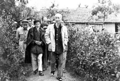 Ho Chi Minh trong dịp về thăm quê củ-  chiều cao quá khổ, so sánh với các người dân làng! [by tunhan]