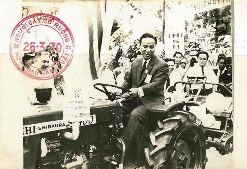 """Hình chụp TT VNCH Nguyễn Văn Thiệu trên chiếc máy cày, trong Chương trình """"Người Cày Có Ruộng"""" !"""